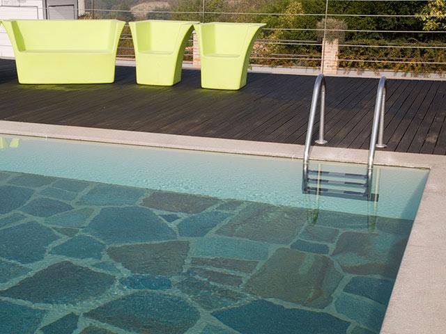 piscina esterna in pietra e marmo