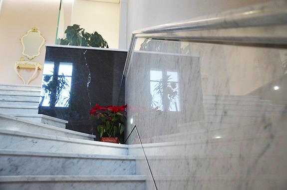bordo sagomato scala in marmo bianco di carrara e pietra grey