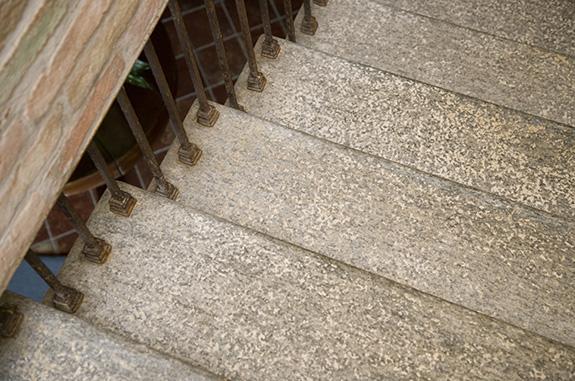 ingresso scala in pietra