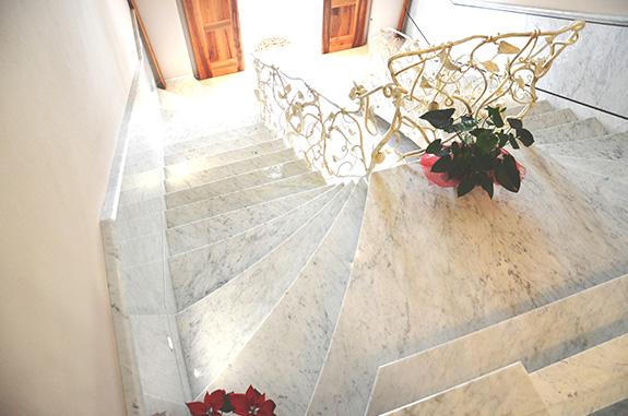 pianerottolo scala in marmo bianco di carrara