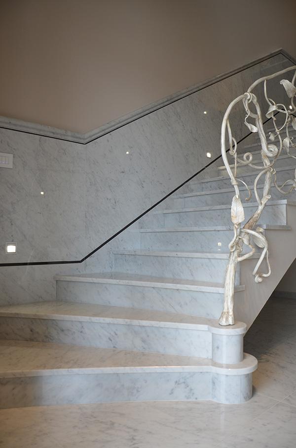 scala in marmo bianco di carrara