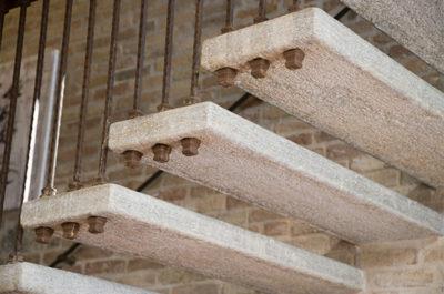 scala sospesa in pietra di luserna dettaglio