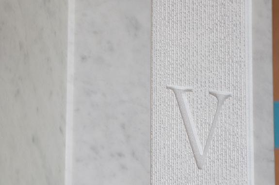 bassorilievo scritta marmo bianco