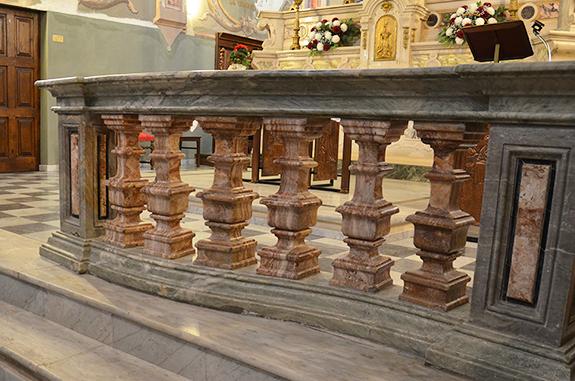 particolare ingresso altare
