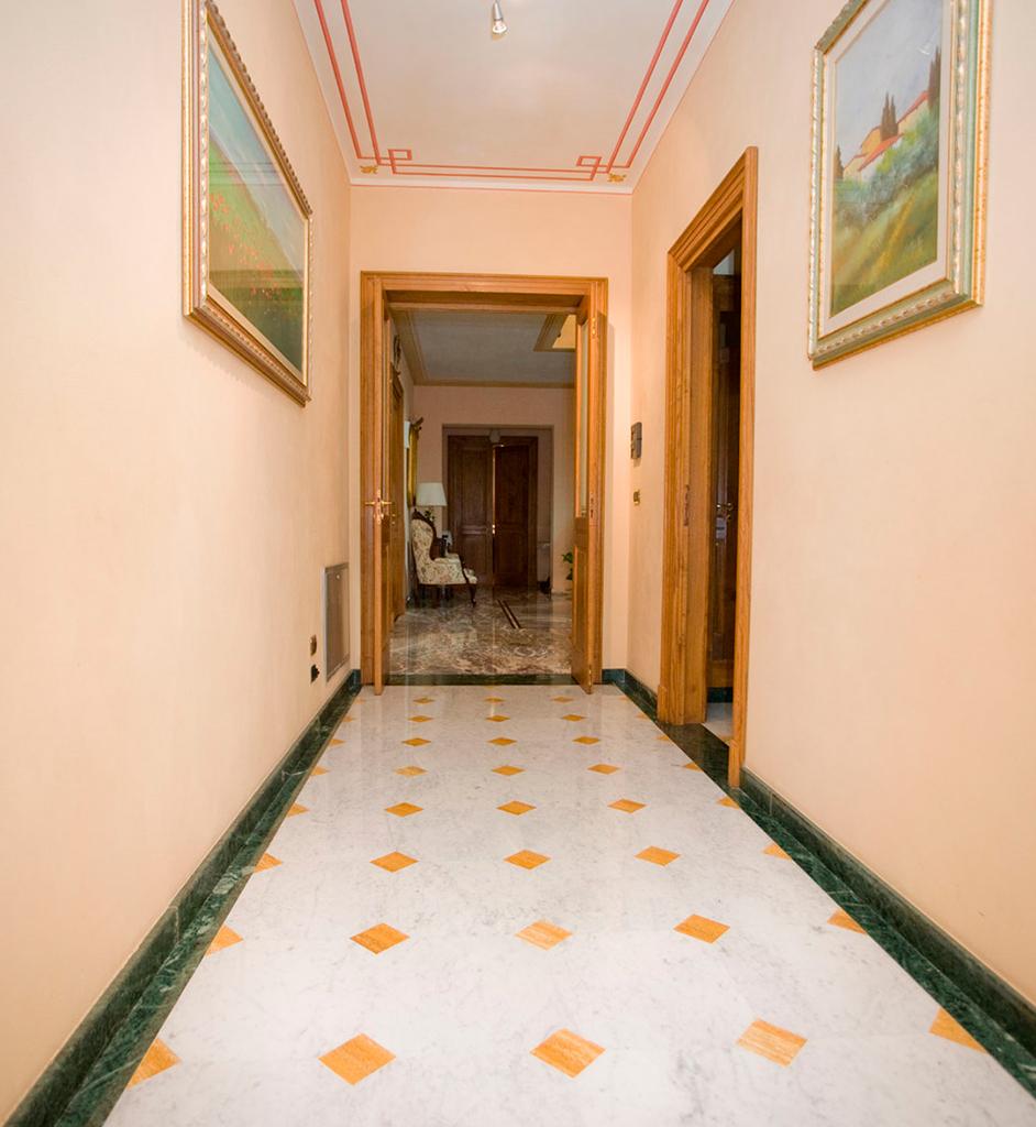 Pavimenti interni pavimentazioni interne in marmo pietra for Pavimenti per soggiorno foto
