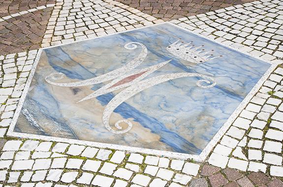pavimentazioni per esterni in pietra rosone intarsiato granito