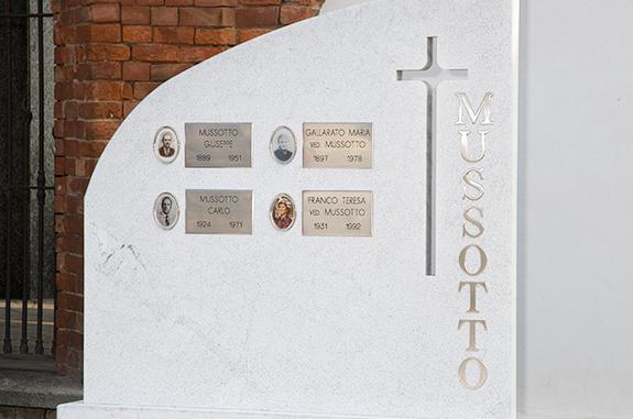 tomba in marmo bianco carrara bocciardato granito nero pretoria