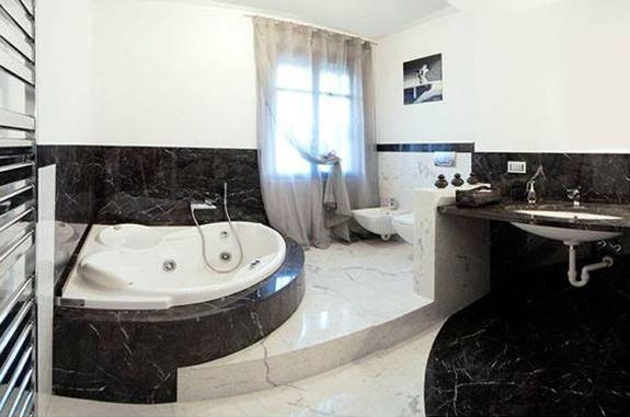 Rivestire un bagno in pietra marmo e materiali lapidei consigli
