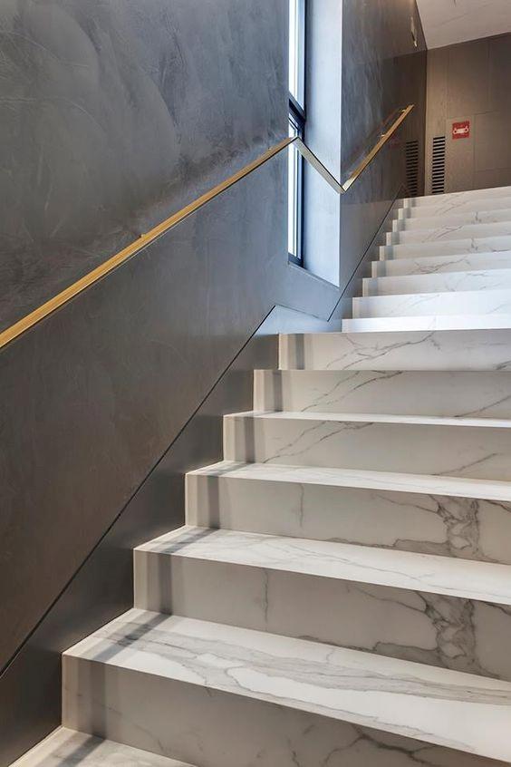 scalinata interna marmo bianco