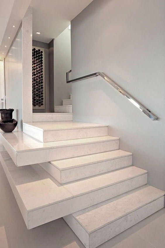 Scala interna in marmo bianco