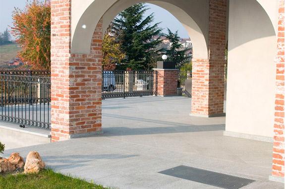 arredamento giardino in pietra serena