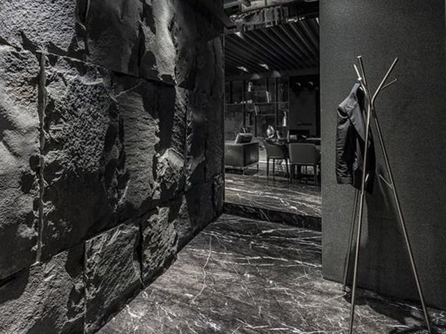 pavimento in marmo nero