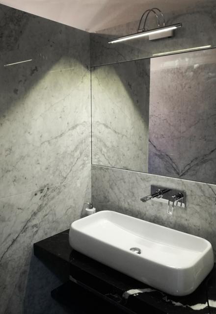 rivestimento bagno in marmo bianco carrara